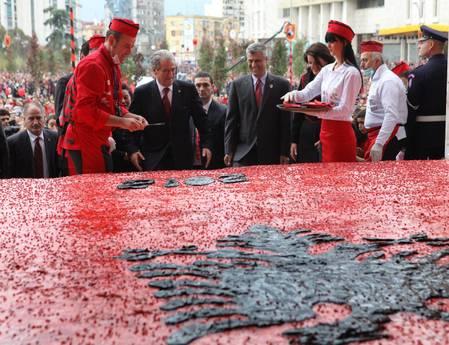 Albania:realizzata una torta di 18 tonnellate , per i 100 anni indipendenza
